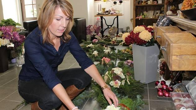 René Slavíková z napajedelského květinářství má před blížící se Památkou zesnulých společně se svou kolegyní plné ruce práce.