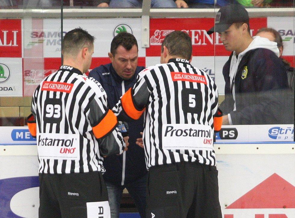 Extraligoví hokejisté PSG Berani Zlín v pátek v 9. kole na svém zimákz vyzvali úřadujícího mistra z Třince. Na snímku trenérská výzva.