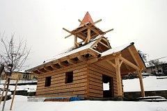 Stavba dřevěné kaple v obci Podhradí.
