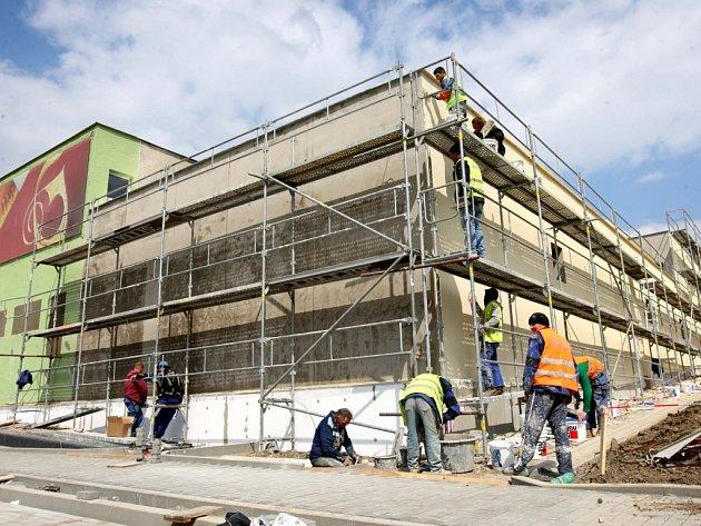 Přestavba starého hotelu na obchod Albert ve Slavičíně.