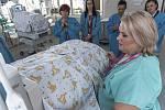 Zástupci krajské policie předali sestrám z neonatologického oddělení pět přehozů na inkubátory. Ty byly pořízeny z částky, kterou policisté mezi sebou vybrali.