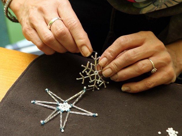 Výroba vánočních ozdob z korálků.