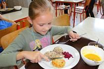 Ve školní jídelně Základní školy Mánesova Otrokovice ochutnávali ve středu 9. září 2015 oběd, který uvařily tamní kuchařky: vyhrály s ním v letošní celorepublikové soutěži O nejlepší školní oběd. Pozváni na něj byli i zástupci města Otrokovice.