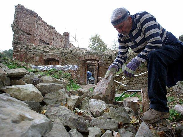 Dobrovolníci opravují Janův hrad u Vizovic.