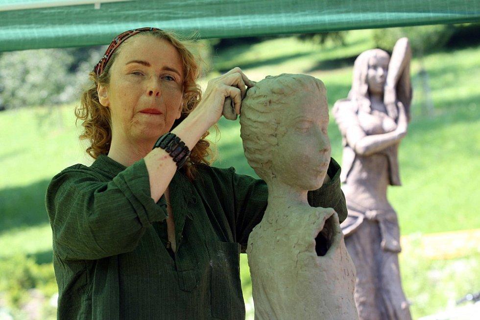 Řezbářské sympozium v lázeňském parku v Luhačovicích. Na snímku nevidomá sochařka Marianna Machalová Jánošíková