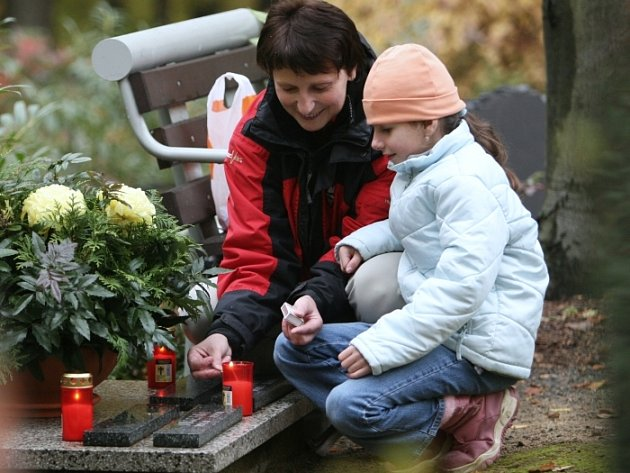 I šestatřicetiletá Marcela Tošková s dcerou zavítaly včera na zlínský hřbitov a zapálily tam svíčku k Památce zesnulých