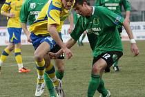 Zlínští fotbalisté (ve žlutém) s přehledem porazili bezzubý Sokolov 4:0 a vrátili se do bojů o postup. Na snímku střílí domácí Karel Kroupa.
