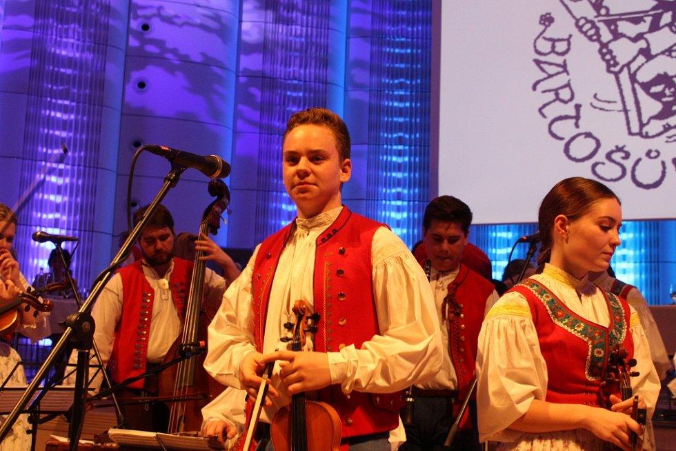 Valašský bál přilákal do Kongresového centra desítky milovníků folkloru