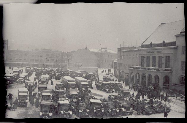 ARMÁDA NA NÁMĚSTÍ MÍRU. Německé okupační jednotky na náměstí Míru (tehdejší náměstí T. G. Masaryka) ve Zlíně dne 15. března 1939.Snímky: SOkA Zlín