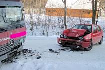 Srážka náklaďáku a osobního auta na silnici do Zděchova
