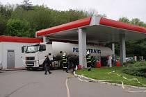 Část pohonných hmot odtekla do jímky, zbytek zůstal na povrchu