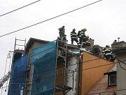 Hořela střecha. Dělníci používali při natahování lepenky hořák