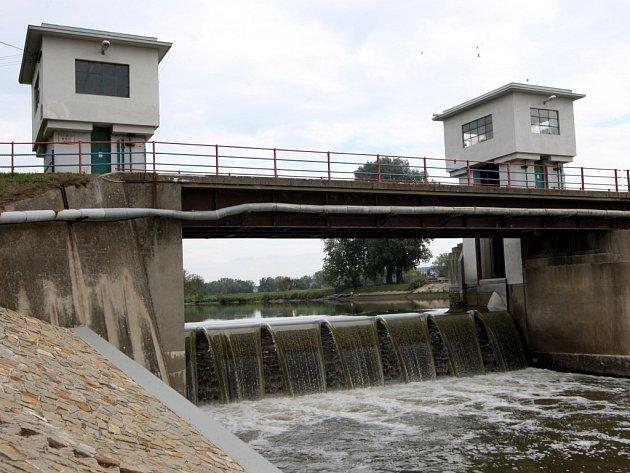 Vypouštění jezu na řece Moravě u obce Spytihněv.