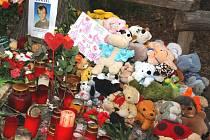 Plyšové hračky z místa tragédie budou předány pozůstalým rodinám.