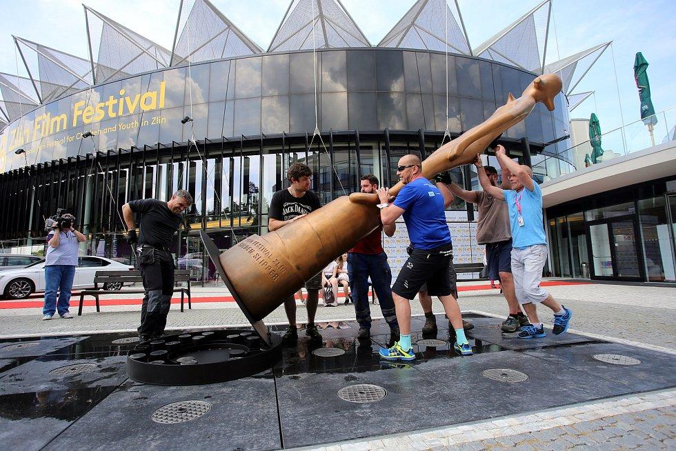 58. ZLÍN FILM FESTIVAL 2018 - Mezinárodní festival pro děti a mládež. Stavění festivalové sochy před kongresovým centrem ve Zlíně.