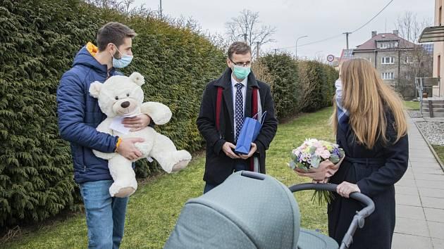 Hejtman Zlínského kraje Radim Holiš (uprostřed) a šťastní rodiče malé Ely, která se narodila v Kroměřížské nemocnici. Při porodu vážila 3360 gramů a měřila 48 centimetrů.