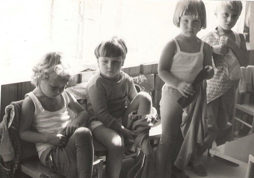MŠ FRYŠTÁK 1985. Děti ze třetí třídy. Povinné převlékání dětí do cvičebních úborů před ranním cvičením.