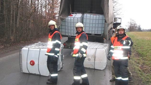 Osm set litrů lihu vyteklo na silnici poblíž Lukova z kontejneru, který převážel kamion.