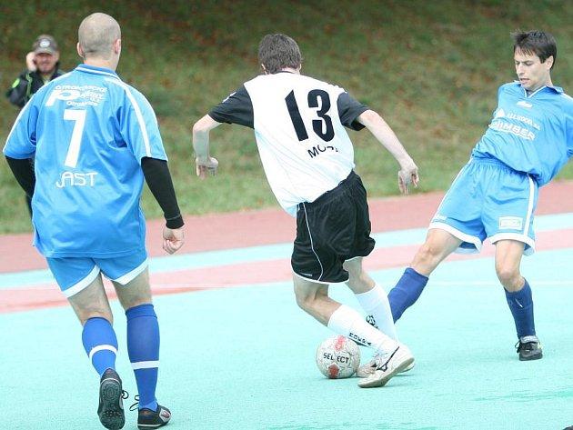 Kanonýr Antonín Jordán (s míčem) se proti FC Mokrá podílel jednou brankou na vítězství svého týmu Bonver. V sobotu pak zaznamenal ještě další tři přesné trefy.
