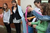 Školáci upletli pro mrakodrap 77metrovou šálu