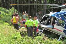 Muž se u Držkové zřítil ze skály. Z lesa jej transportoval vrtulník