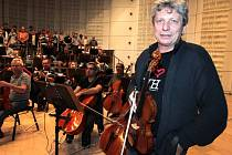 Jiří Pavlica s filharmonií Bohuslava Martinů před zkouškou koncertu na festivalu Harmonia Moraviae 2013 ve Zlíně.