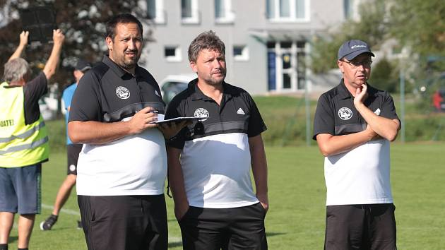 Aleš Hellebrand (uprostřed) momentálně vykonává pozici asistenta trenéra u U-17 Fastavu Zlín.
