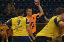 Extraligoví házenkáři Zlína (ve žlutém) v přípravném zápase s rivalem ze Zubří se rozečli smírně 34:34, když ještě v poločase vedli o tři branky (20:17)