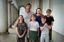 Filmová rodinka z právě vznikajícího snímku Spící město.