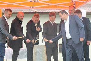 Poklepáním základního kamene 29. září 2020 začala první etapa rekonstrukce památníku Ploština.