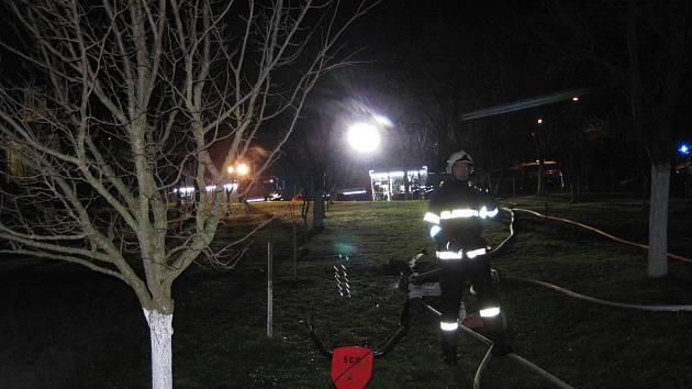 Požár hospodářského objektu v zahradě vedle rodinného domu v Rudicích