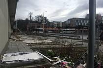 Prostor po zbourané budově EKOFERM hyzdí zlínské autobusové nádraží.