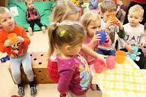 NOVÁ ŠKOLKA. Děti v nově otevřené Mateřské škole Mikoláše Alše ve Zlíně-Prštném se mohou těšit na záplavu hraček i vycházky do okolní přírody.