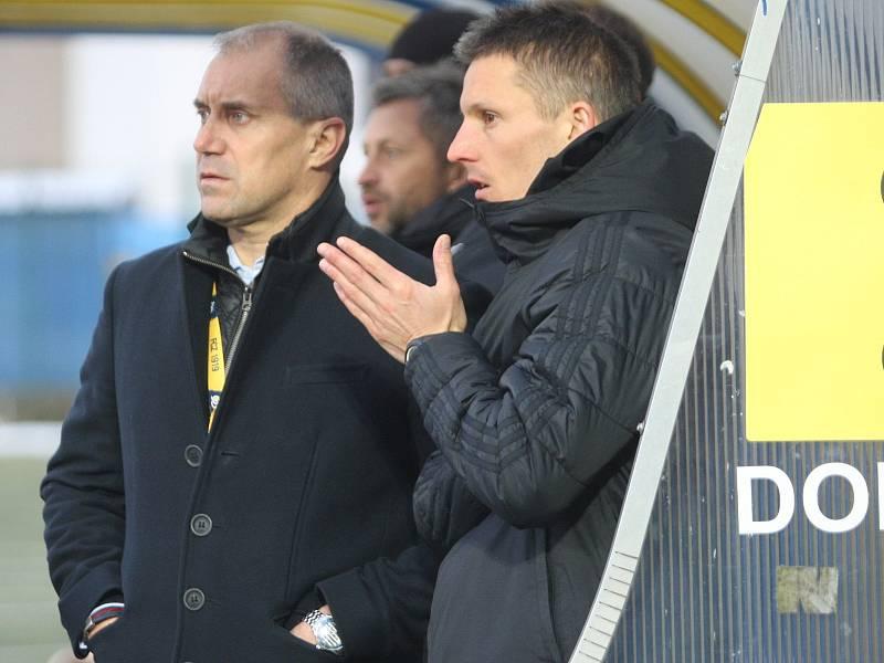 Trenér Zlína Roman Pivarník (vlevo) a jeho asistent Kameník.