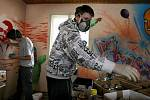 Mladí sprejeři v pátek 12. března pokračovali ve výzdbobě tamního nízkoprahového centra Kam-Pak street-artovými motivy.