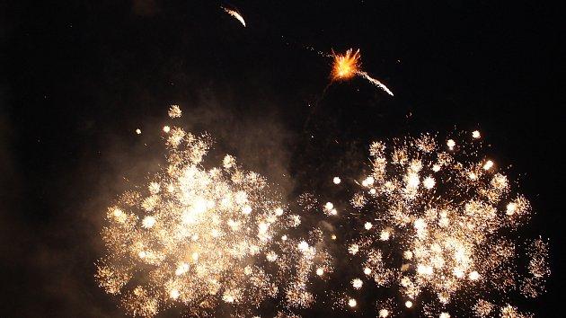 Novoroční ohňostroj poprvé ozářil Gahurův prospekt ve Zlíně