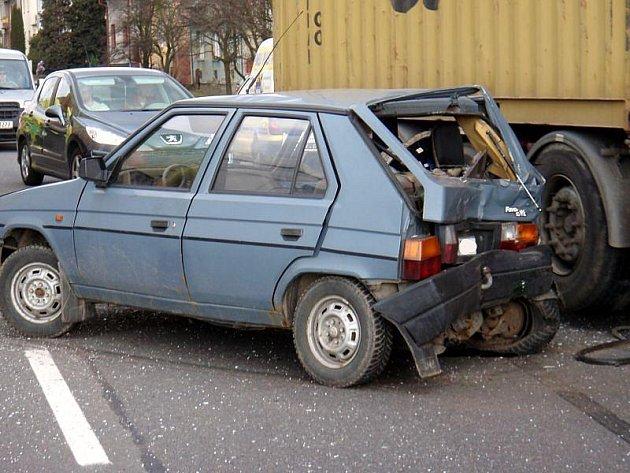 Tři auta v sobě skončila ve středu 3. března odpoledne ve Spytihněvi na Zlínsku, kde se srazila felicie s favoritem a nákladním autem. Dva lidé byli při nehodě zraněni.