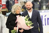 Dres někdejšího útočníka Zlína Zlína Petra Lešky byl před sobotním zápasem se Spartou slavnostně vyvěšen pod střechu Zimního stadionu Luďka Čajky.