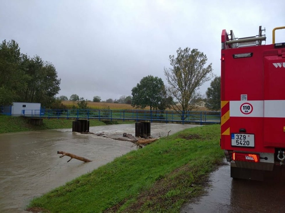 Vytrvalý déšť ve Zlínském kraji zvedal hladiny řek.