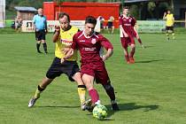 Sebastián Kuna (v červeném dresu) o víkendu vůbec neměl hrát. Nakonec byl nedílnou součástí výhry fotbalových Louk proti Veselé.