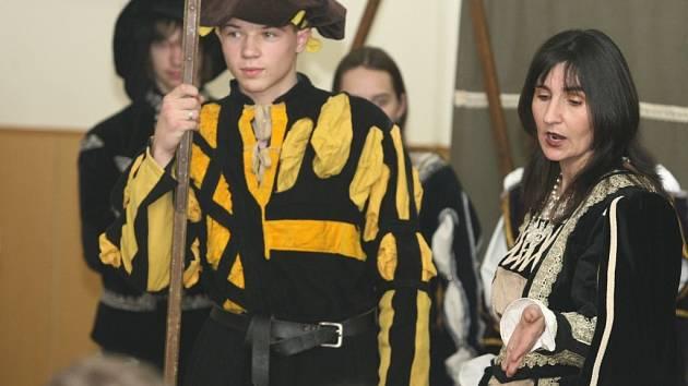 Historická skupina z Jeseníku předvedla žákům fryštácké školy dobu renesance.