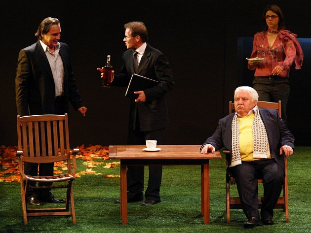 Inscenace Odchádzanie v podání herců Slovenského národného divadla. Na snímku vpravo herec Marián Labuda.