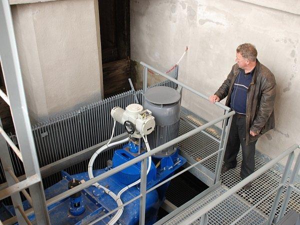 Starosta Jiří Slovák ukazuje jednu ze dvou turbín, které budou vylepšovat obecní rozpočet