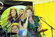 Benefiční koncert Holky pro Holky v  parku  Komenského ve Zlíně.