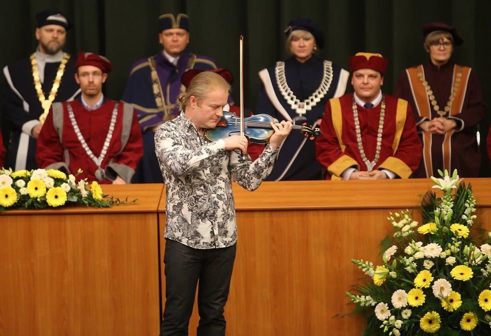 Slavnostní inaugurace rektora  Univerzity Tomáše Baťi ve Zlíně Vladimíra Sedlaříka. Houslový virtuos Pavel Šporcl přednesl hudební blahopřání Pocta Paganinimu.