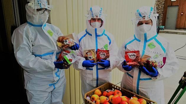 Zdravotníci v Kroměříži, Zlíně a Uherském Hradišti obdrželi už téměř 4 000 porcí energie v podobě čerstvých potravin, ovoce, svačinových wrapů či čokolád.