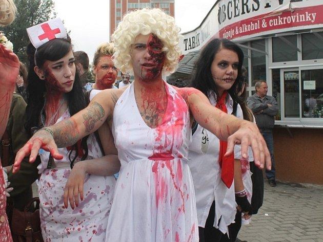 Zlínem se ploužil dav zombií