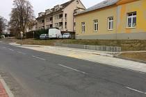 Nová zastávka MHD ve Zlíně na Mladcové u mateřské školy je hotová již dva měsíce, autobusy jí ale stále míjejí.