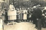 ROK 1950. Svěcení nového kříže na návsi.