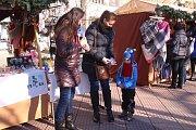 Desítky pitíček od firmy Vitar rozdal Deník dětem na náměstí Míru ve Zlíně v rámci pozvání na akci Česko zpívá koledy.